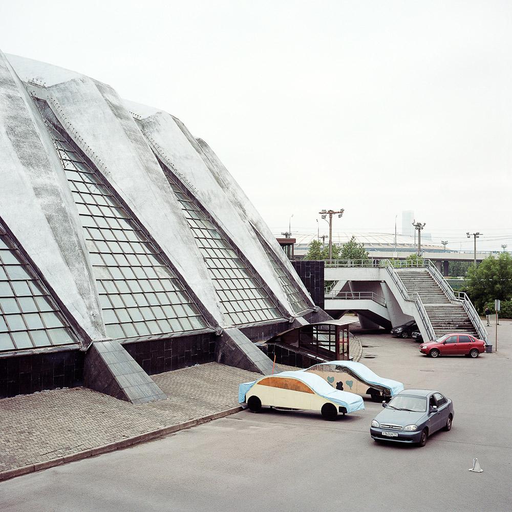 """Die Sowjetunion hatte nur fünf Jahre Zeit, die Olympischen Spiele 1980 vorzubereiten, und in dieser Zeit versuchten die Verantwortlichen, das Unmögliche zu realisieren. // Außenansicht des Sportkomplexes """"Druschba"""""""