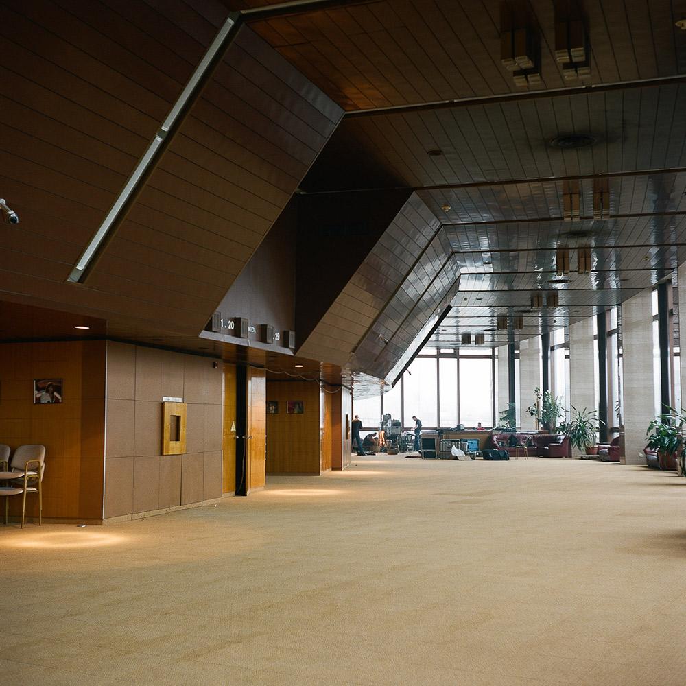 """Die meisten der Einrichtungen, die für die Olympischen Spiele 1980 gebaut wurden, werden heute noch benutzt und stärken damit die These, dass das Vermächtnis der Spiele den Menschen noch Jahre nach dem eigentlichen Ereignis dient. // Innenansicht des großen Saales im Hotel """"Kosmos"""""""