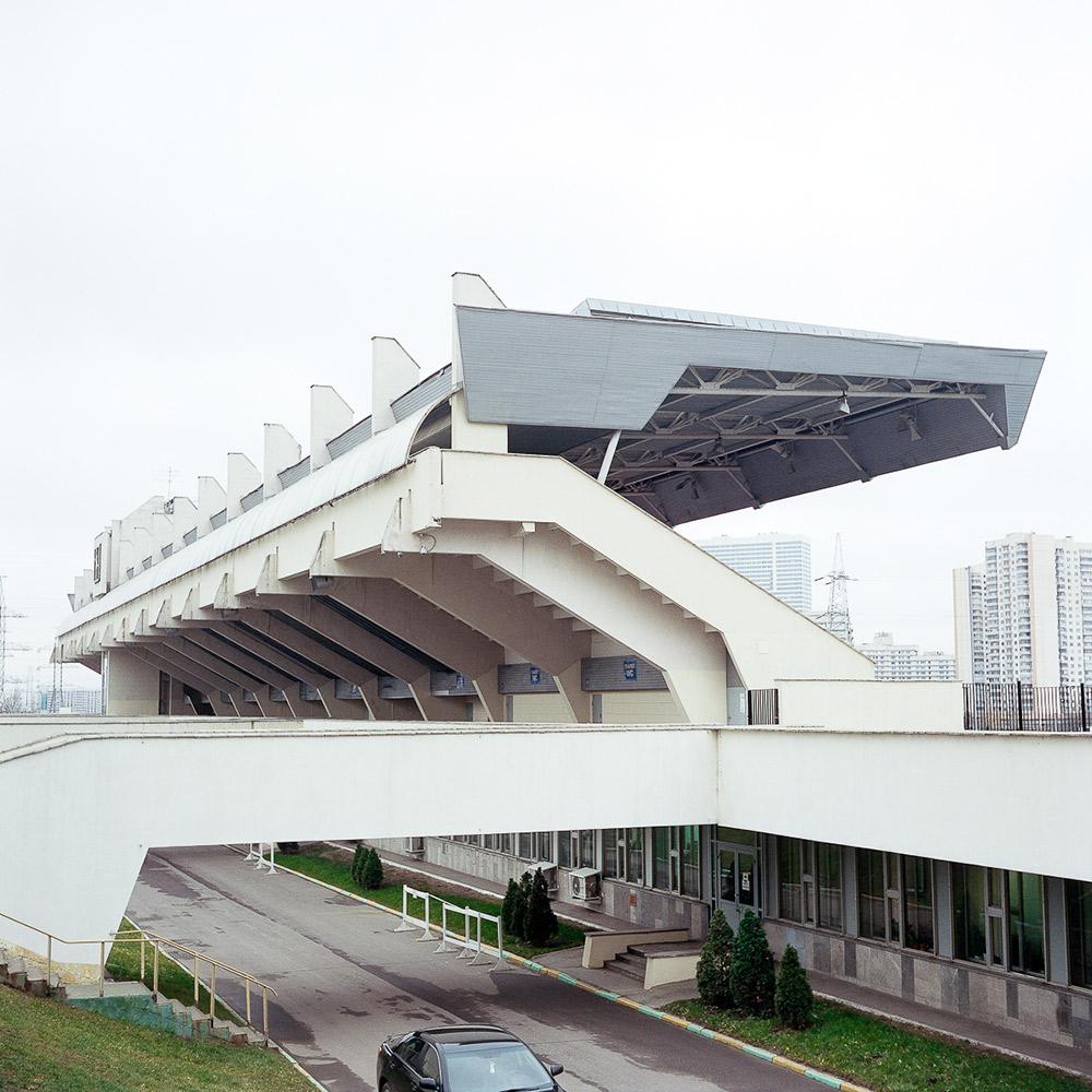In der Tat ist zum Beispiel der Flughafen Sheremetyevo-II eines der wichtigsten Luftdrehkreuze Moskaus. Das Fernsehzentrum von Ostankino schöpft bis heute 100% seiner Kapazität aus, genau so wie das Hotel Kosmos. //  Außenansicht der Arena auf der Reitanlage im Bitza-Park