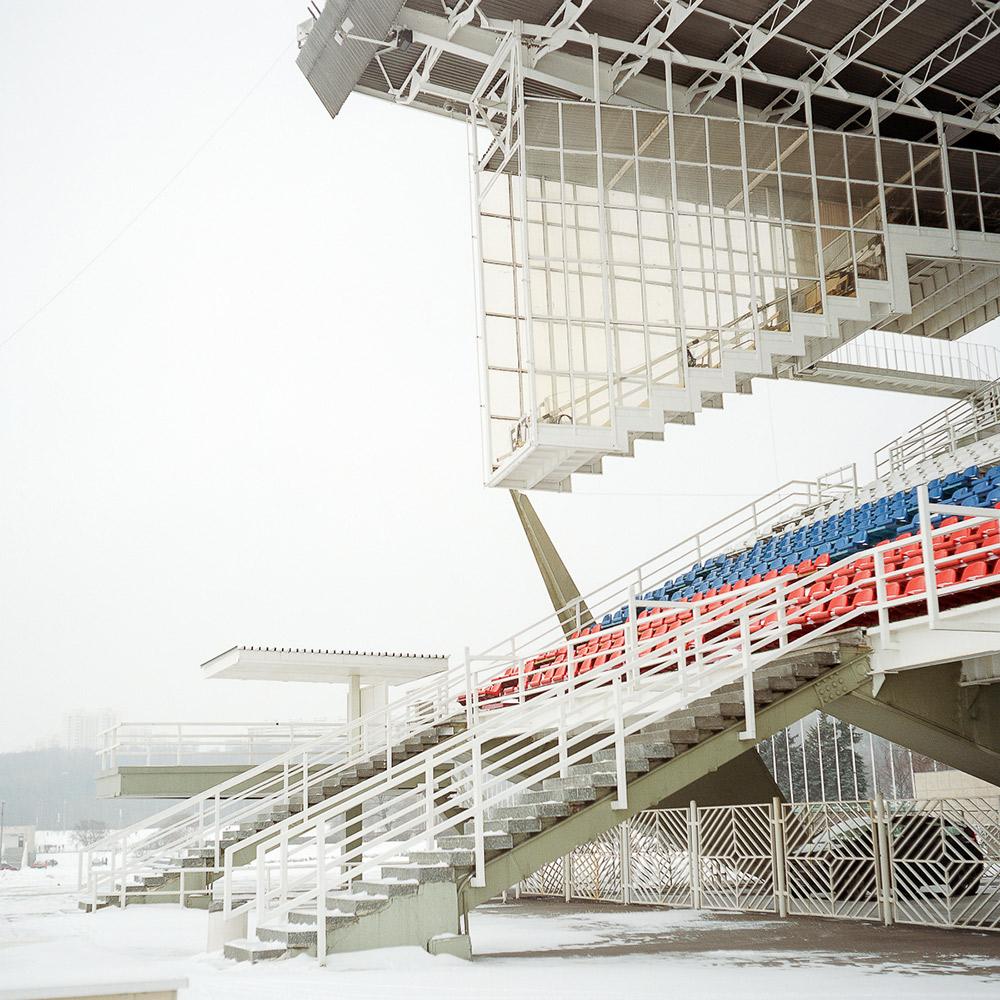 """Es wird angenommen, dass die Olympischen Spiele 1980 beinahe gescheitert wären. Die Gründe: unvorhergesehene Kostensteigerungen, Verzug im Bauplan (einige der Sportstätten wurden offenbar erst ein Tag vor Beginn der Wettkämpfe fertiggestellt), Sicherheitsfragen nach den Olympischen Spielen in München und Angst vor einer politischen Sabotage durch die """"rivalisierenden kapitalistischen Regimes"""". //Arena und Raum für Richter beim künstlichen Kanal in Krylatskoje. Der Kanal diente als Austragungsort für Kanu- und Ruderwettbewerbe."""