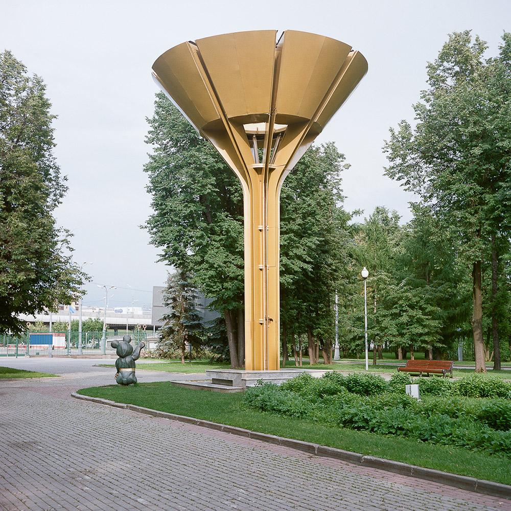 Die Olympischen Spiele 1980 waren das letzte Großereignis, das in der Sowjetunion stattfand, das letzte große Unterfangen, die Überlegenheit des sowjetischen Regimes und der kommunistischen Ideologie unter Beweis zu stellen. // Die Schüssel für das olympische Feuer in der großen Arena des Sportkomplexes Luschniki und der olympische Bär Mischa, Symbol der Olympischen Spiele 1980, als ein Denkmal im Stadion Luschniki.