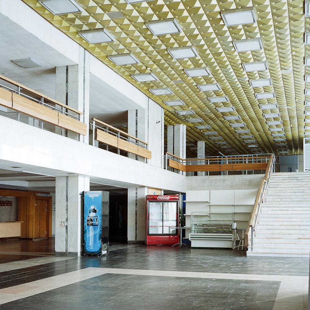 Einige Gebäude passen nicht in das Stadtbild: Zunächst als Boten der Zukunft konzipiert, sehen sie heute aus wie Fremdlinge aus der Vergangenheit. // nnenansicht des Dynamo-Stadions. Das Stadion wurde im Jahr 1980 fertiggestellt und diente während der Olympischen Spiele als Austragungsort für Basketballwettkämpfe.