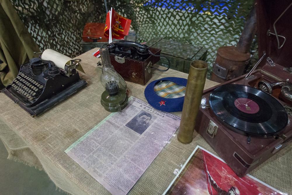 """Pameran """"Motors of Victory"""" yang memamerkan kendaraan-kendaraan dari masa Perang Dunia II digelar di Moskow. Tank, senapan, mobil, motor, sepeda, serta beragam benda-benda militer lain dari berbagai angkatan bersenjata dipajang dalam pameran tersebut."""