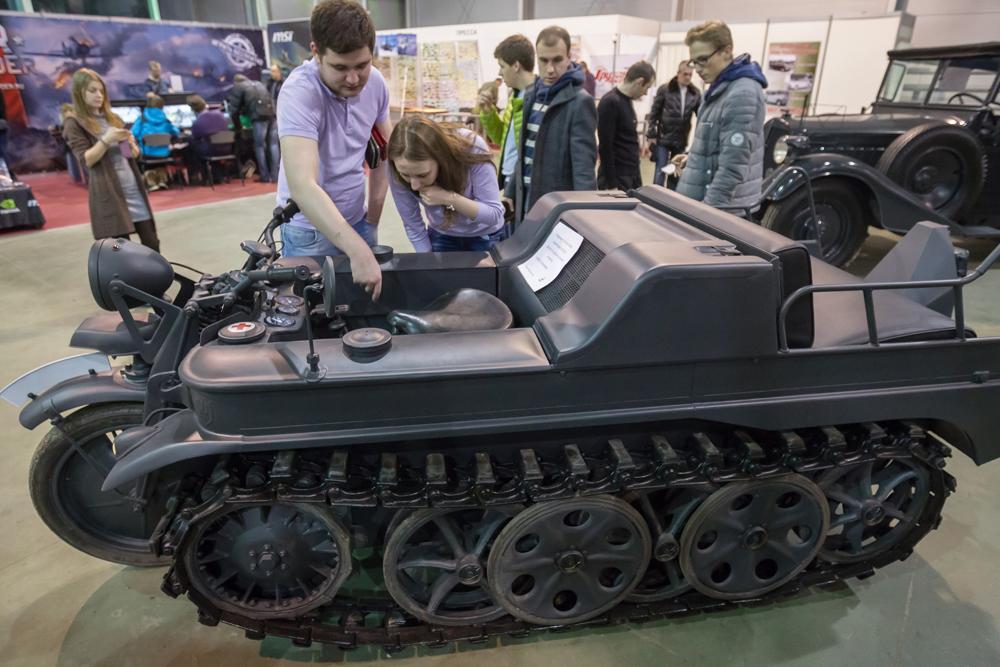 Motor half-track Kettenkrad HK-101 yang didesain untuk divisi udara dan gunung Wehrmacht dan Luftwaffe. Motor ini populer di kalangan Tentara Merah sebagai trofi penghargaan.