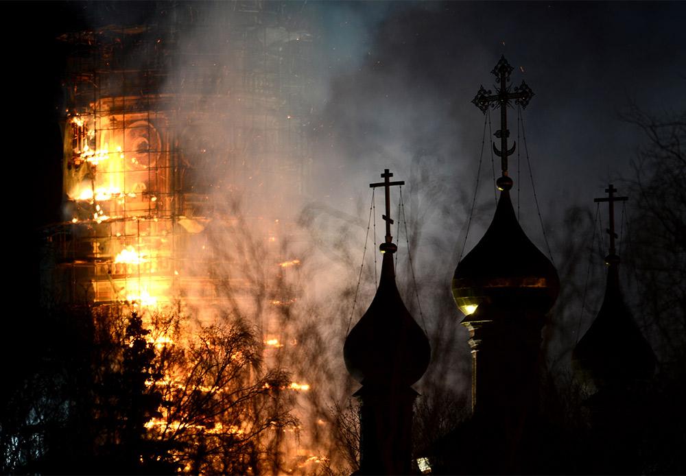 モスクワのノヴォデヴィチ女子修道院は1524年に建立された。6層構造で高さ73メートルを誇る鐘楼は、1683年から1685年にかけて建てられた。それから300年以上が経つ3月15日、鐘楼で火災が発生した。火災は、改修中で足場が設けられていた上部で発生した。鐘楼の改修工事は2014年に始まっていた。