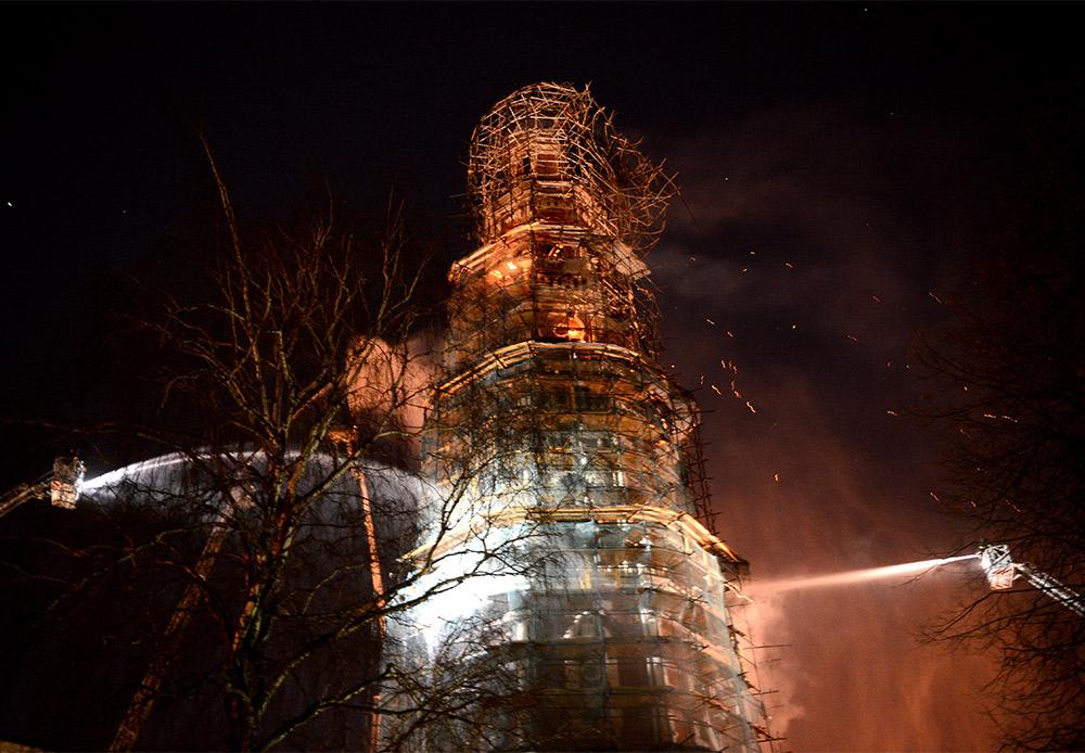 火の手は100平方メートルの面積に広がり、消火作業には数時間を要した。モスクワのピョートル・ビリュコフ副市長によれば、鐘楼には甚大な被害は及ばず、貴重な品は何も保管されていなかった。