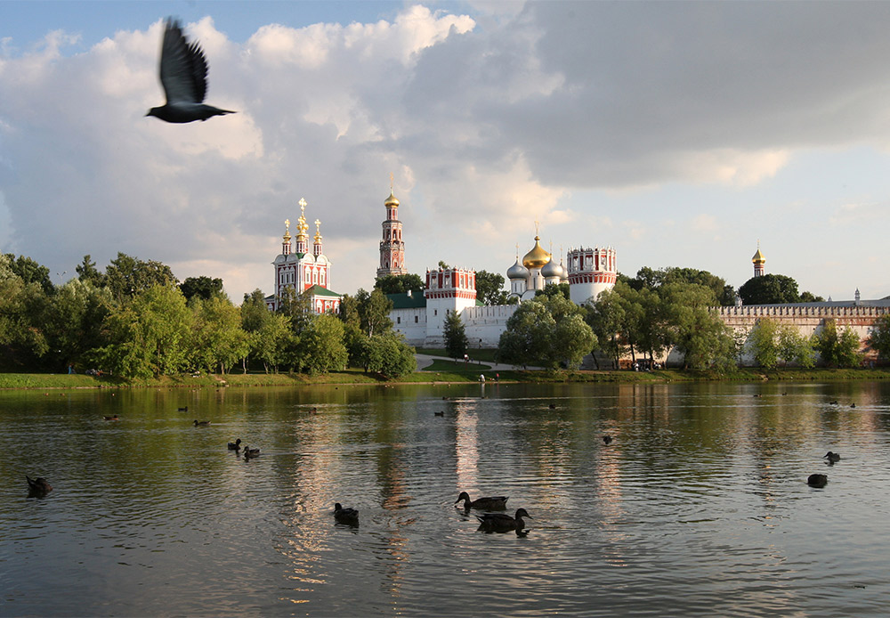 ノヴォデヴィチ女子修道院は、モスクワでも有数の美しい建築を誇る場所だ。3方面をモスクワ川に囲まれた、半島状の立地に所在している。この女子修道院は、居住区、事務棟、鐘楼や教会など、14の建物から構成されている。
