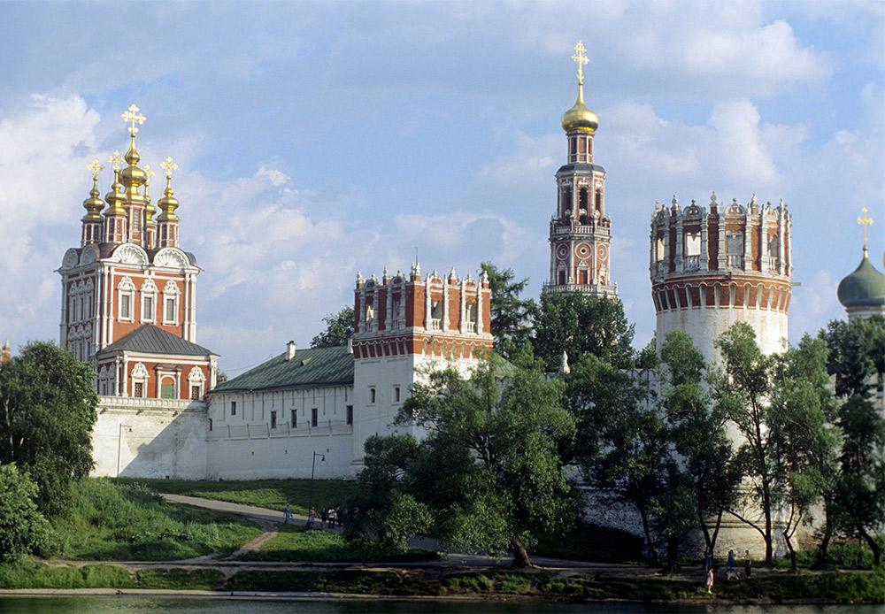 残りの建造物のほとんどは、モスクワ・バロック様式に従って17世紀後半に建てられたものである。
