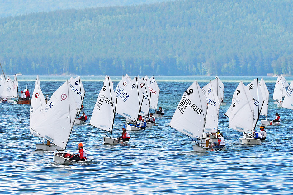 "Participants of the ""Traveler Fyodor Konyukhov Cup"" children's regatta on Lake Turgoyak, Chelyabinsk Region."