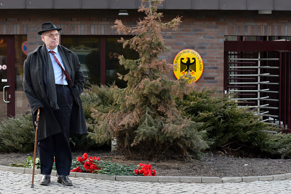 Muscovites lay flowers at the German embassy in Moscow in memory of the victims of the Airbus 320 crash in France, on March 24.