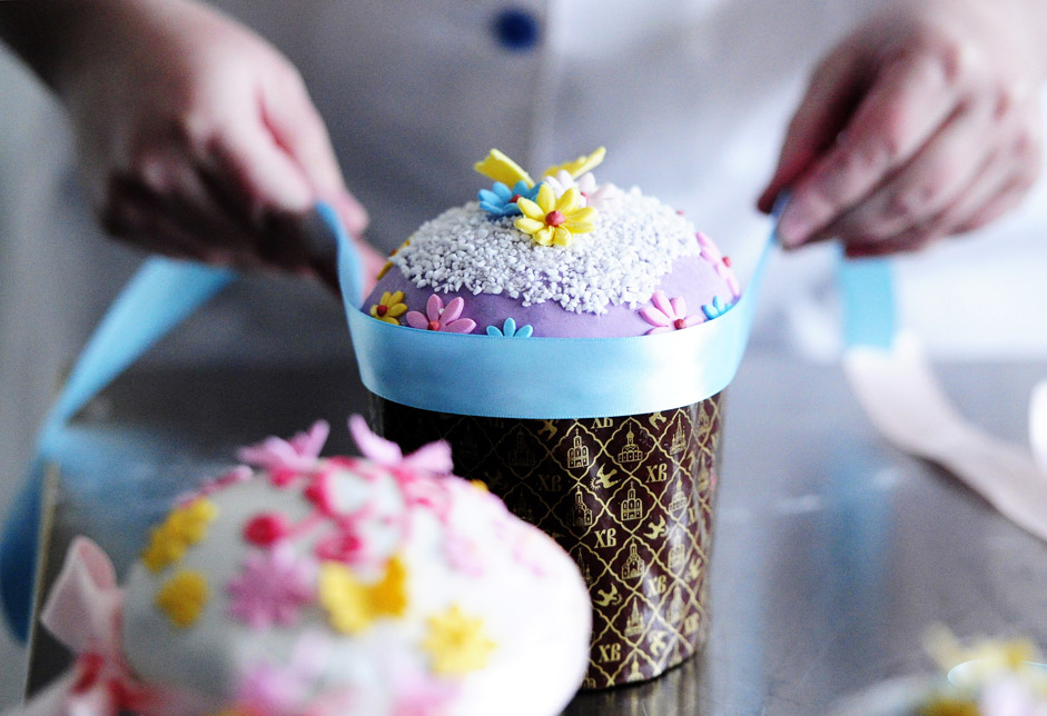 Decorating Easter cakes at the Vladkhleb bakery, Vladivostok
