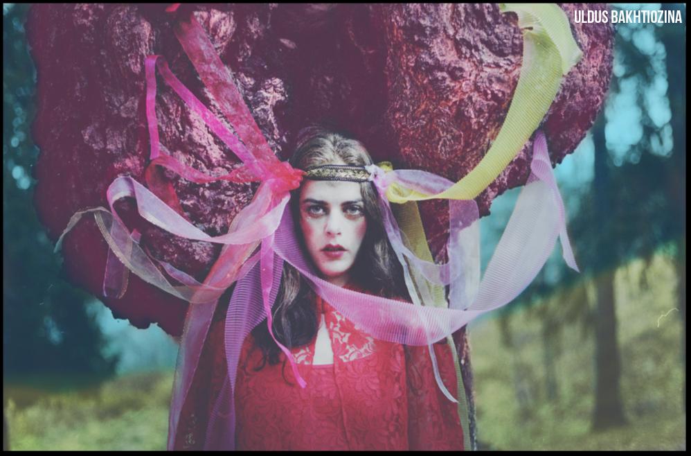 Rangkaian foto ini menceritakan transformasi seorang gadis menjadi pengantin di era pagan. Pada masa itu, perempuan yang belum menikah harus mengenakan ikat pinggang dan pita kepala merah, yang akan mereka lepas setelah menikah.