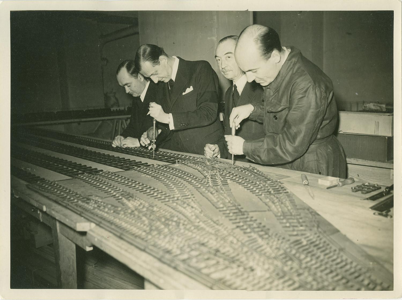 Le grand-duc Dimitri assemble et perfectionne son chemin de fer au château de Beaumesnil. Années 1930.