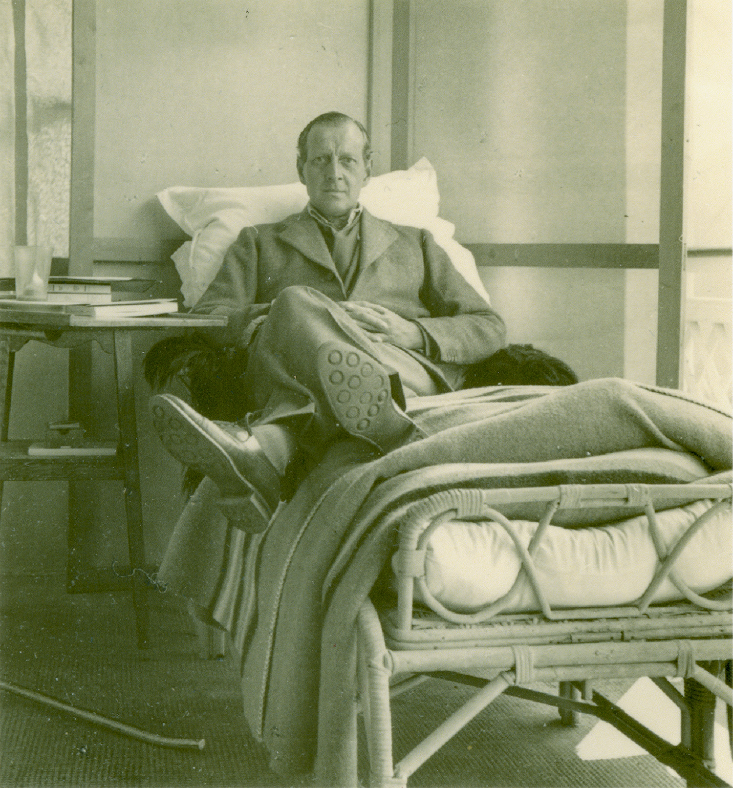 De faible santé dès sa naissance, le grand-duc Dimitri a fait du sport durant toute sa vie, mais, comme de nombreux hommes de la famille Romanov, il fumait beaucoup. \ Sur la photo : le grand-duc Dimitri dans un sanatorium en Suisse où il passera les dernières années de sa vie.