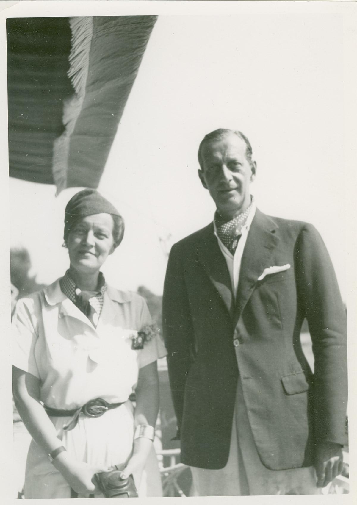 Dimitri et sa sœur Marie, qui ont perdu très tôt leur mère et qui ne voyaient presque pas leur père, étaient très attachés l'un à l'autre. \ Le grand-duc Dimitri et sa sœur Marie à Cannes.