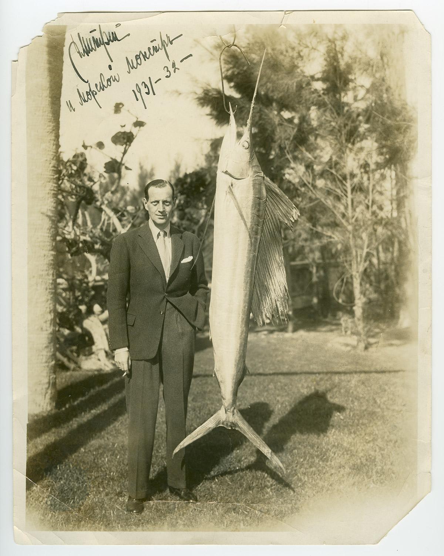 Dimitri et le poisson qu'il a pêché. La photo a été publiée dans plusieurs journaux américains. \ États-Unis, 1931-1932.