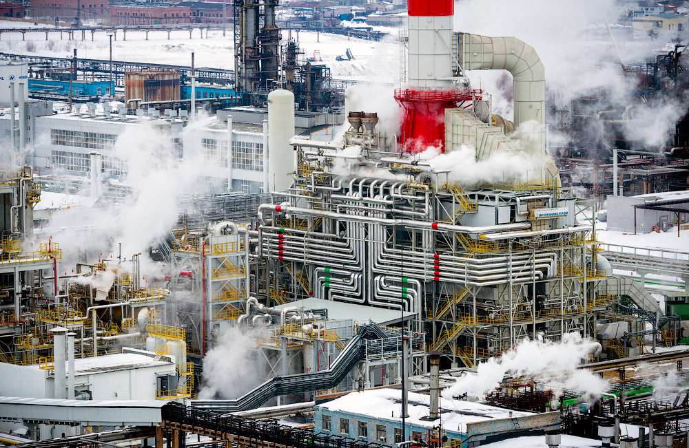 Postrojenje proizvodi gorivo za automobile, benzin i dizel, u skladu s Euro-4 i Euro-5 standardima, kao i druge naftne derivate i ukapljene plinove.