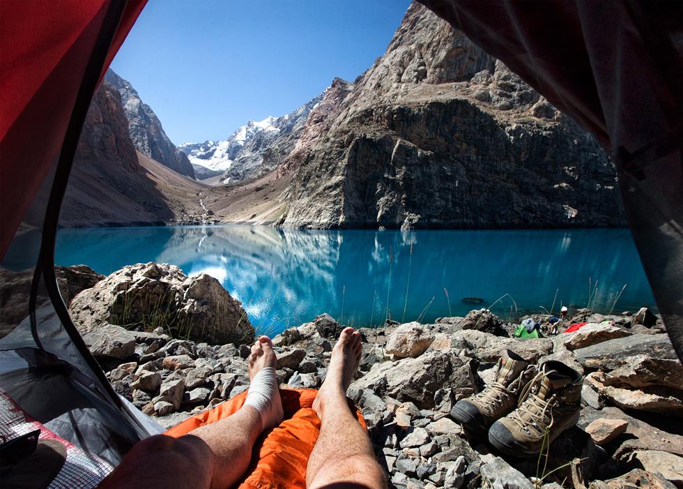 O fotógrafo Oleg Grigoriev, 35 anos, registrou uma série de paisagens de montanha a partir de sua barraca com as pernas estendidas para fora.