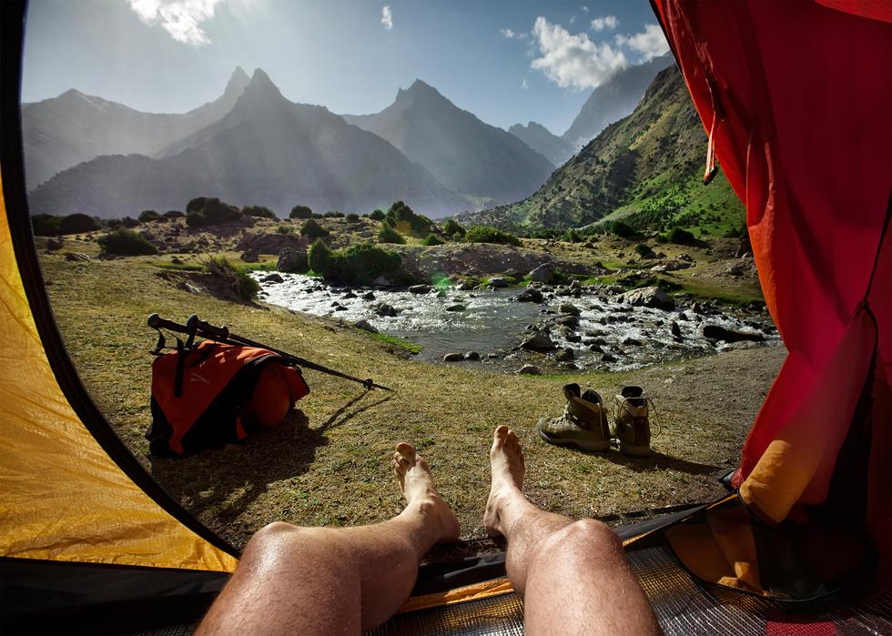 Bien que Grigoriev visite les régions les plus éloignées depuis 2007, c'est seulement après un voyage mémorable dans les montagnes Fann du Tadjikistan qu'il a eu l'idée de photographier des paysages depuis l'intérieur de sa tente.