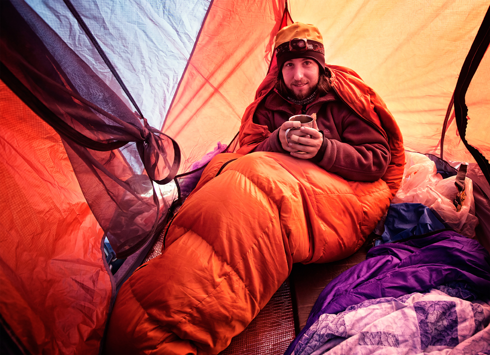 """""""Gosto de viajar para lugares remotos, onde não há hotéis ou pousadas. Por isso, levo sempre uma barraca comigo para dormir nas montanhas"""", diz Grigoriev."""