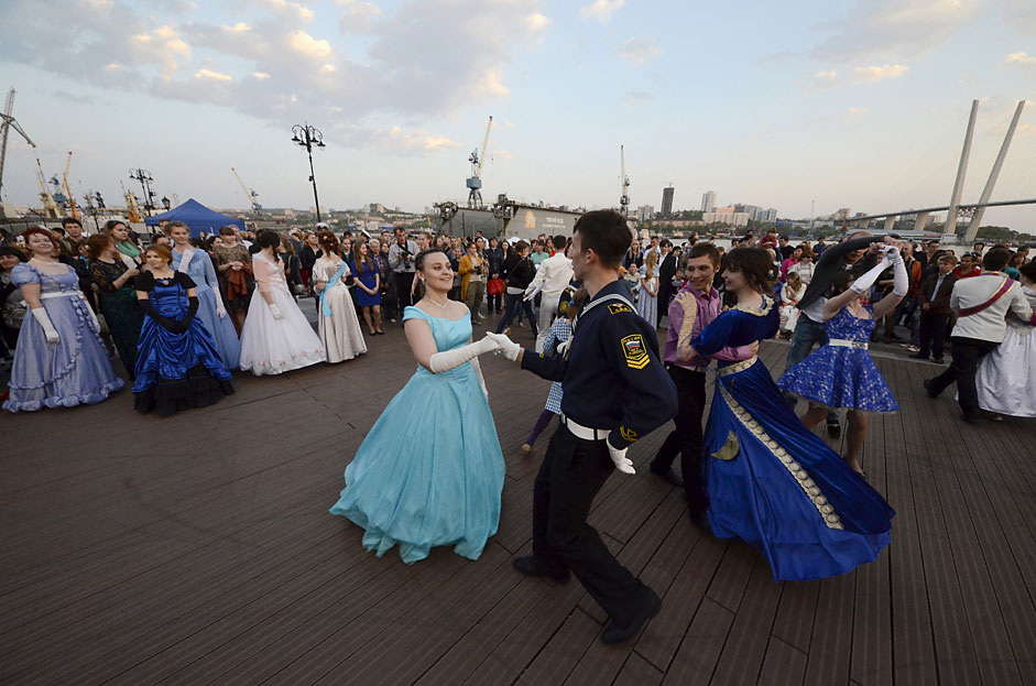 People dance during the so-called Maritime Ball on a city embankmentin the far eastern port of Vladivostok. Members of historicalclubs, cadets of the Maritime State University and other participantsattended the ball, which was held as part of the Pacific InternationalTourism Expo exhibition.