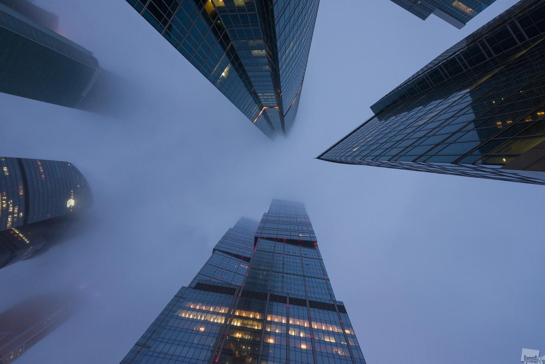 """Das """"Moskwa-City""""-Geschäftszentrum, umhüllt vom Nebel."""