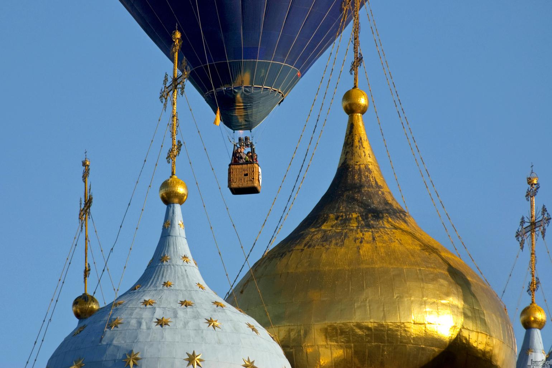"""Kuppeln des Rjasaner Kremls während der Vorbereitungen für """"Russian Sky 2014"""" Festival."""