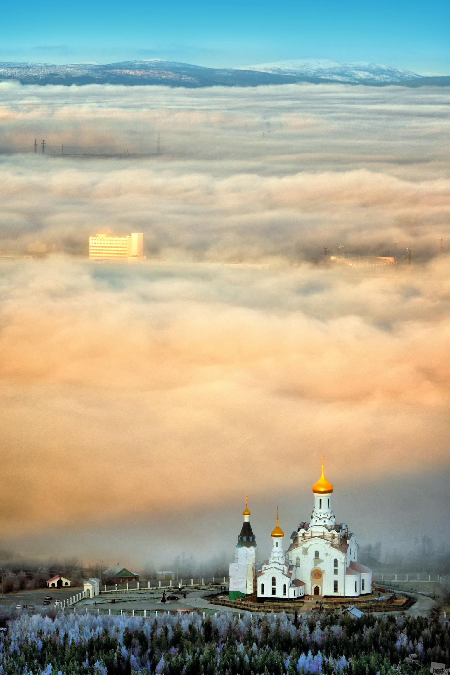 Solch ein Nebel ist keine Überraschung für die Kola-Halbinsel im Frühherbst. Die Swajto-Wosnesenskij-Kathedrale in Montschegorsk, Gebiet Murmansk.