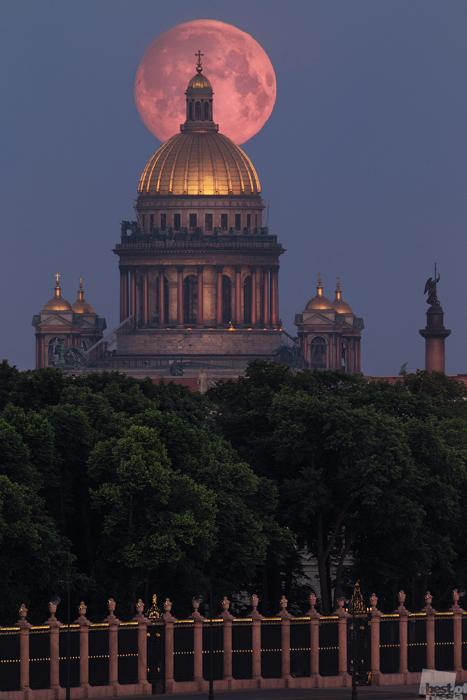 Die Isaakskathedrale auf dem Mondhintergrund in Sankt Petersburg.