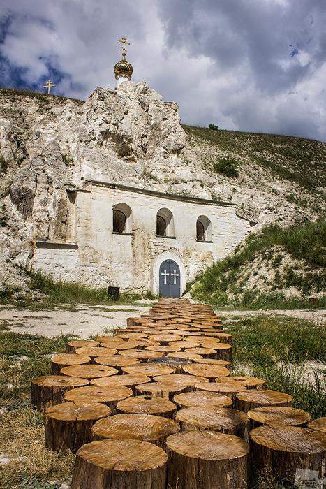 Der Eingang zur Johannes-der-Täufer-Kirche des Uspenskij-Diwnogorskij-Klosters in der Region Woronesch. Sie befindet sich in einer Höhle, die in den Kalkfelsen am rechten Ufer des Dons entstanden ist.