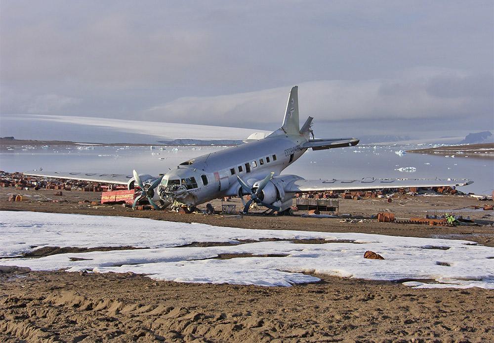 U sovjetsko vrijeme istraživačke stanice radile su ovdje, čak je bila i trupa koja se nalazila u posebnoj zračnoj luci. Sad su teritoriji i objekti napušteni, samo jedna stanica još uvijek radi – opservatorij Ernest Krenkel, nazvan po sovjetskom istraživaču Arktika. Ona se nalazi na otoku Hejsi. Druge otoke posjećuju samo turističke grupe. Fotografija pokazuje olupinu zrakoplova koji nikad nije popravljen.