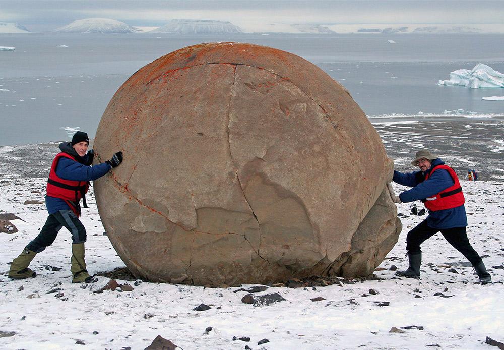 ''Ovo je otok Čamp, prilično poznat po svojoj misterioznosti. Nismo mogli propustiti priliku vidjeti čudo. Na prvi pogled, otok nije uopće vidljiv. No čim smo zakoračili na njega, vidjeli smo gomilu ogromnih savršeno okruglih kamena. Njihovo porijeklo još je uvijek tema mnogih rasprava'', govori Obojmov.