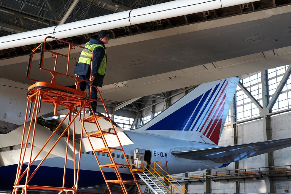 """4/8. Техничка служба авио-компаније """"Трансаеро"""" броји 2.000 инжењера – од тога 220 ради у ремонтном центру на аеродорому """"Внуково""""."""