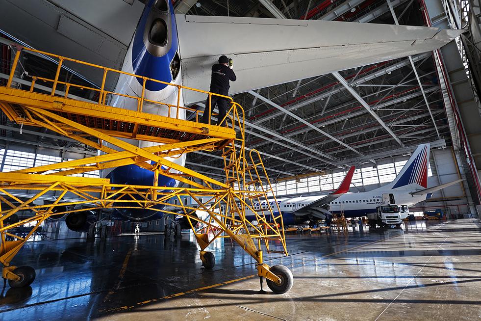 """5/8. """"Трансаеро"""" врши обуку техничара специјалиста за Боинг 737НГ и Боинг 737 Класик у сопственом сертификованом наставном центру. Обука за остале типове авиона (Боинг 747, Боинг 777 и Боинг 767) обавља се у овлашћеним школским центрима у иностранству, међу којима су они у фирмама """"FL-Technic"""", IAI из Израела и """"Луфтханза""""."""