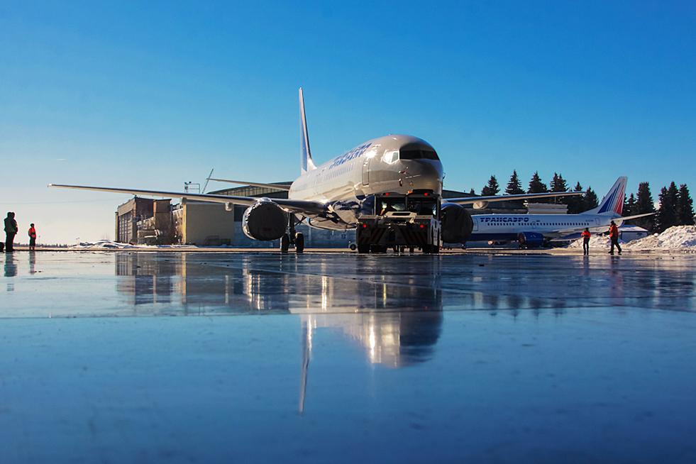 """3/8. """"Трансаеро"""" на аеродрому """"Внуково"""" обавља тзв. """"A-check"""" провере на авионима Боинг 747-700, Боинг 737 Класик, Боинг 737НГ, Боинг 767-200/300, Боинг 777-200/300. Поред тога, врше се провере на сваке две године за модел Боинг 777-200/300s и обавља се лаки ремонт мотора CFM-65 за авион Боинг 737 репарационом методом под називом """"top case""""."""