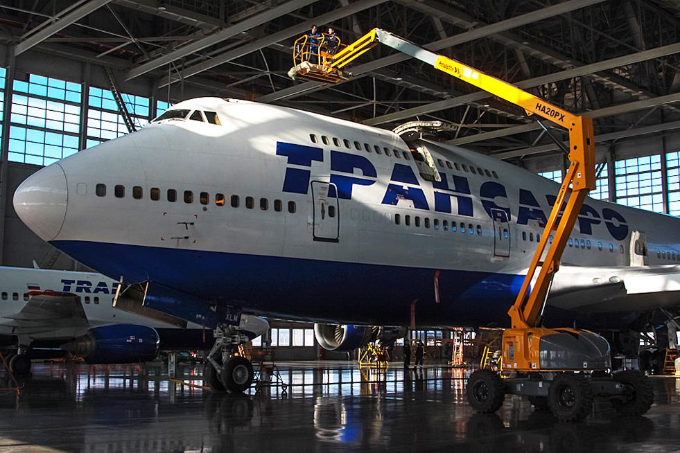 """2/8. У овом тренутку флота """"Трансаера"""" састоји се од 103 авиона, углавном произведених у корпорацији """"Боинг"""". Компанија има сопствене центре за одржавање, поправку и ремонт на московским аеродромима """"Внуково"""" и """"Домодедово""""."""
