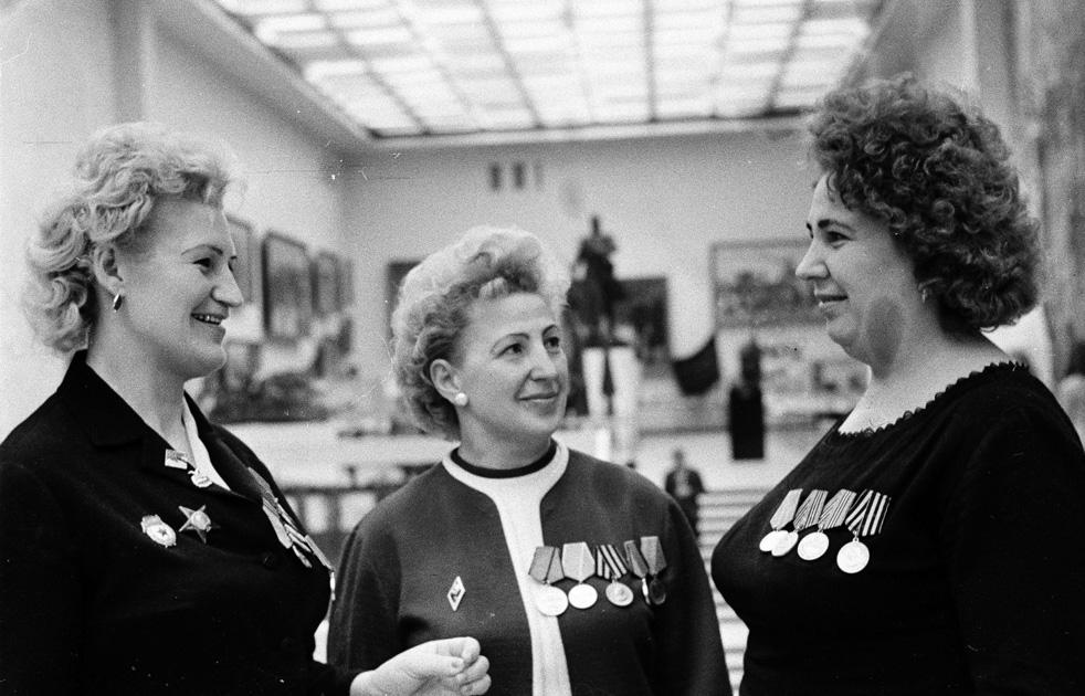 Anciennes assistantes médicales militaires : V. Chvartseva, A. Plochtchenko, Z. Bagdassaryan lors d'une rencontre avec les vétéranes au Musée central des Forces armées soviétiques. Moscou, 1967.