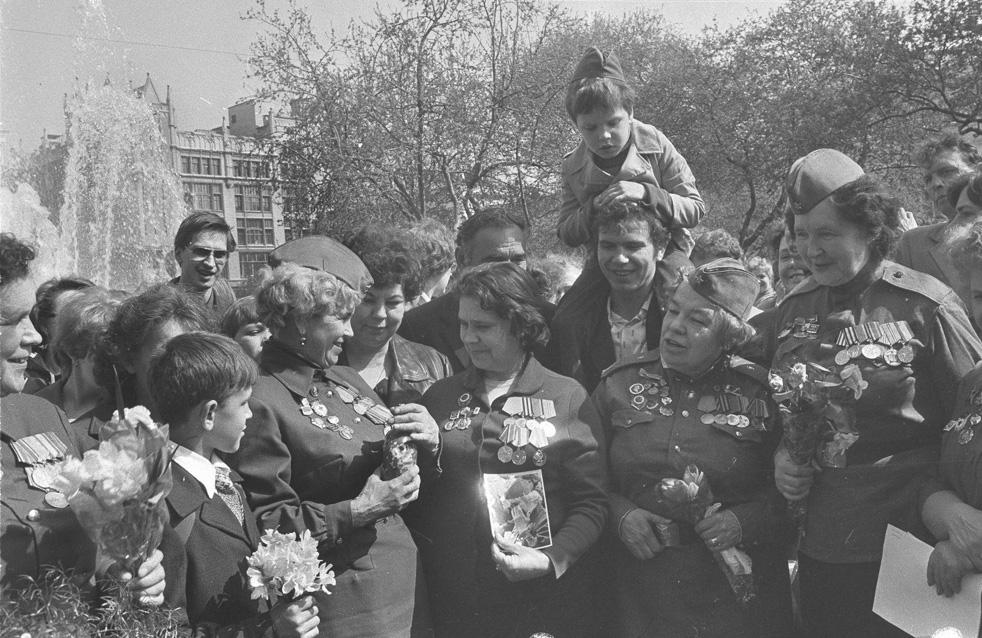 Jour de la Victoire dans le jardin public situé devant le théâtre Bolchoï. Moscou, 1983.