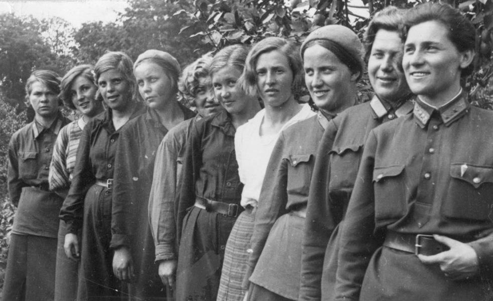 Membres du premier équipage entièrement féminin du vol Leningrad-Moscou. La légendaire Marina Raskova est troisième à gauche. Moscou, 12 août, 1935.