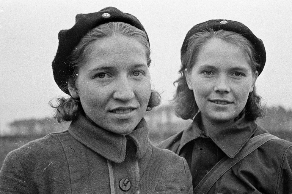 Maria Medvedeva et Yuzefa Ivachina, officiers sanitaires du 1er Bataillon du Premier régiment communiste. Moscou, Octobre 1941.