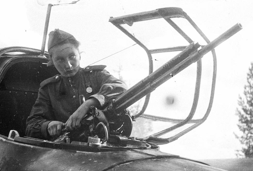 Une télégraphiste rattachée à une unité de la 232e Division aérienne d'assaut. Front de Kalininsk, Mai 1943.