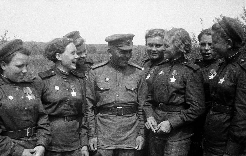 Femmes-snipers, félicitées pour leur excellence au combat, avec leur commandant. 3e Front de Biélorussie, 1944.