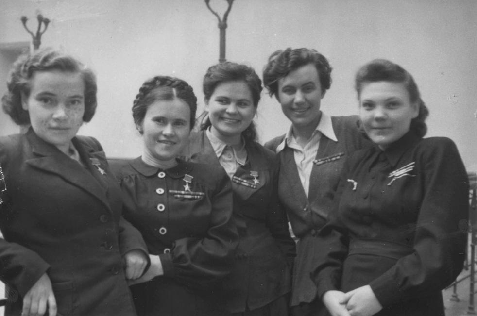 Étudiantes de l'université d'État de Moscou: Antonina Zoubkova, Evdokiïa Pasko, Ekaterina Riabova, Irina Rakobolskaïa, Nina Lobkovskaïa. Moscou, 1947.