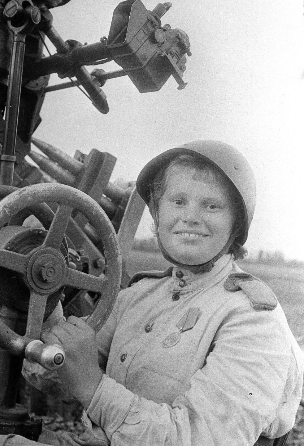 Tamara, canonnière d'artillerie anti-aérienne. Front de l'Ouest, 1943.