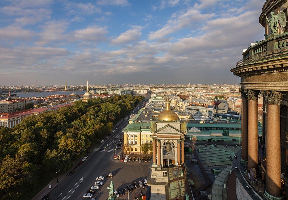サンクトペテルブルクを一度訪問すると、二度と離れたくない気持ちになってしまうのはなぜだろうか。ロシアNOW寄稿者でサンクトペテルブルク住民のエレーナ・ボブロワさんが、この説明しようのない理由の説明を試みる。「サンクトペテルブルクの白夜は、日没の時刻が朝にあたり、黄昏と黎明が一晩中続く期間のことを指す。この街の公式の白夜の期間は6月11日から7月2日まで」