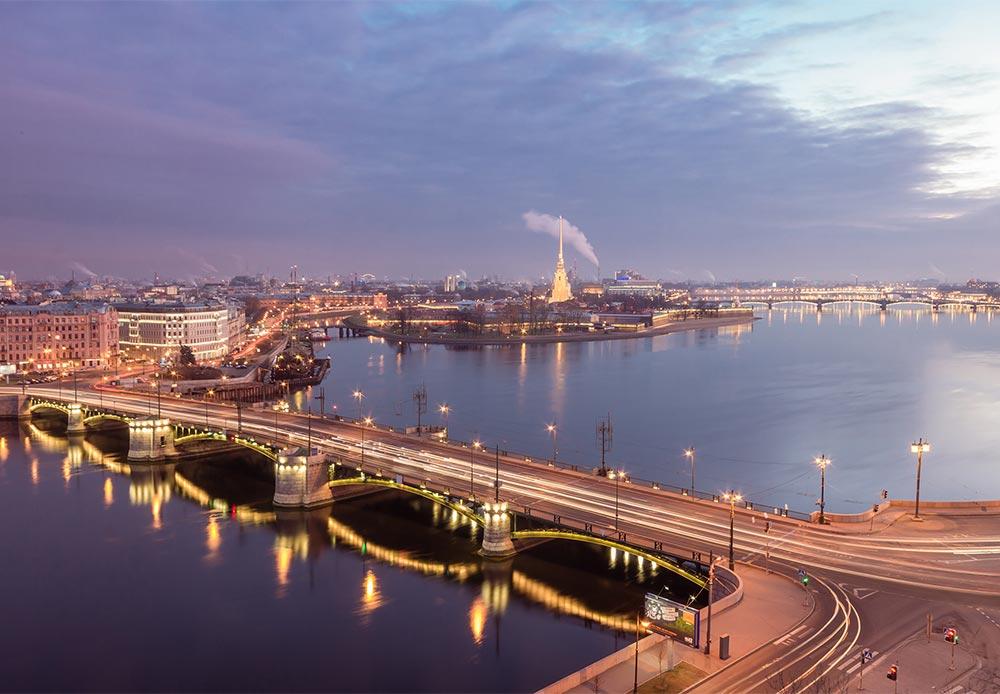 高所からこの都市を観察してみよう。サンクトペテルブルクの中心地には、大聖堂以外には高層建造物がない。1844年から1905年にかけて、建物をツァーリの住居である冬の宮殿よりも高くしてはならないという規定があったからである。そのため、聖イサアク大聖堂の列柱を登ると、この平坦な都市の見事な眺めを満喫することができる。