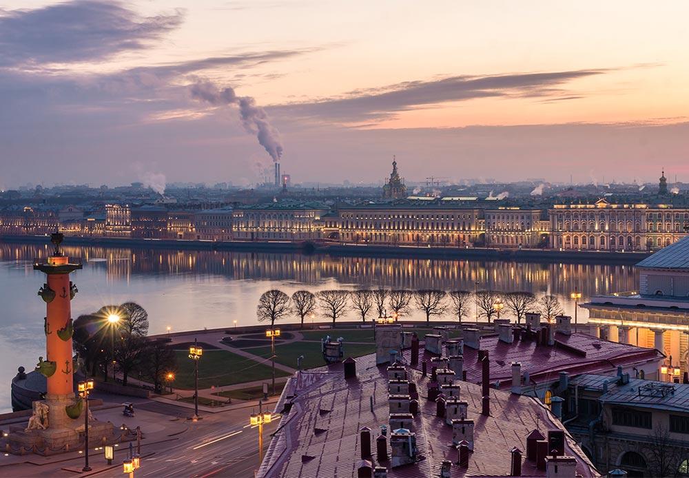跳ね橋。夜に橋が開くところを眺めるのは、私の夏場の散歩では見逃せない習慣になっている。だが、不思議なことに、多くの来訪客はそれを単なる観光スポットだと思いこんでいる。サンクトペテルブルクはロシアでも有数の港であるため、ネヴァ川を航行する船舶を通すために橋が開かれるのだ。