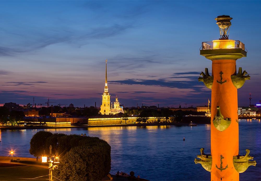 市の中心部では歴史の面影があちこちに見受けられる。2世紀にわたり首都が置かれ、19世紀末から20世紀初頭にかけて建てられた多くの建造物が現存しているため、ロシア史に興味がある人にとって、サンクトペテルブルクはきわめて貴重な存在である。 / ペトロパヴロフスク要塞。今日、この要塞は国立サンクトペテルブルク歴史博物館の一部を構成している。要塞内の大聖堂は、ピョートル大帝以来のすべてのツァーリの埋葬場所となっており、ニコライ2世と一家もここに埋葬されている。