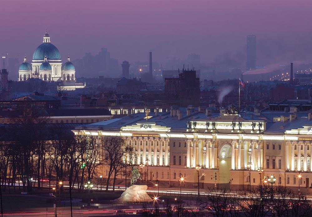 サンクトペテルブルクは、決して終わることのない晩餐のようで、単なる活気に満ちた都市以上の存在である。幅広い大通りから過去の帝政の華麗な名残に至るまで、ロシアの北のヴェネツィアに感銘を受けない人はいない。