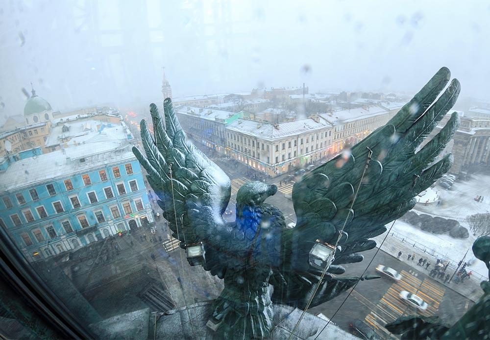 サンクトペテルブルクのシンガー・ハウスの鷲。この建物は、この都市の歴史を通じて代表的な名所であった。20世紀になったばかりの頃、この建物は、元々はドイツの会社だったシンガー社が使用していた。第一次世界大戦の勃発時、これは問題となる可能性があったため、1階は米国大使館に提供された。米国の国鳥であるハクトウワシがあるのはそのためである。これは1920年代に盗難に遭ったが、古い線画に基づいて最近再現された。